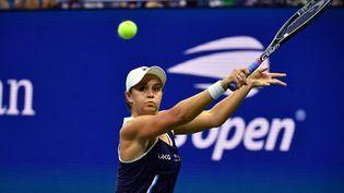L'Australienne Ashleigh Barty lors du troisième tour de l'US Open face à l'Américaine Shelby Rogers, le 4 septembre 2021. (ED JONES / AFP)