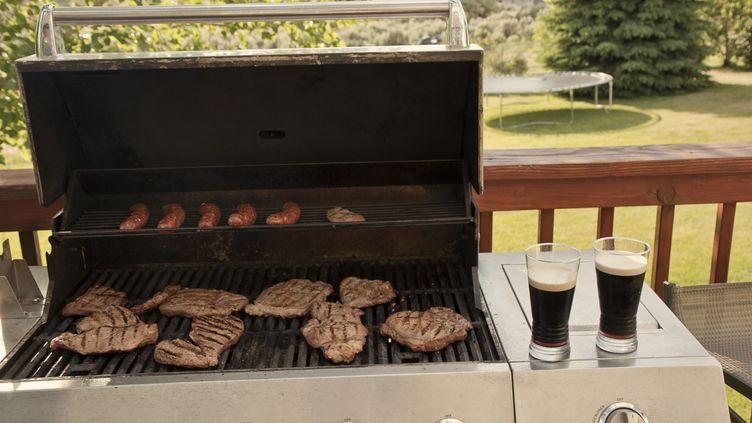 La bière brune permet de réduire la nocivité des aliments cuits au barbecue, affirment des chercheurs portugais. (ALLEN DONIKOWSKI / FLICKR / GETTY IMAGES)