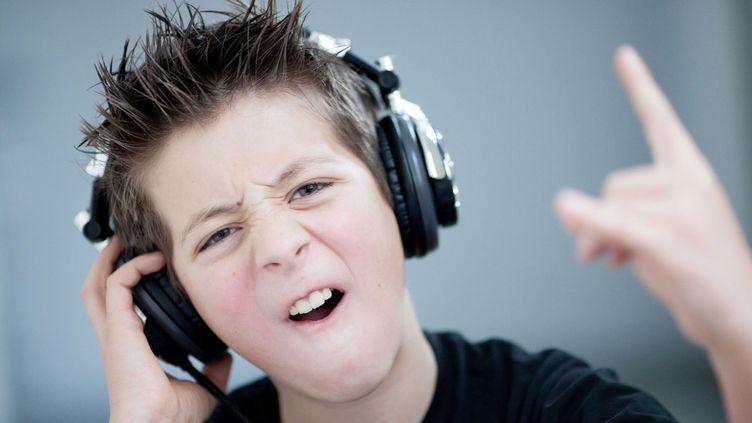 (Attention aux dangers du casque trop fort sur les oreilles © ISOPIX/SIPA)