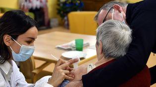 Une femme se fait vacciner dans un Ehpad à Nancy, le 14 janvier 2021. (Alexandre MARCHI/ MAXPPP)
