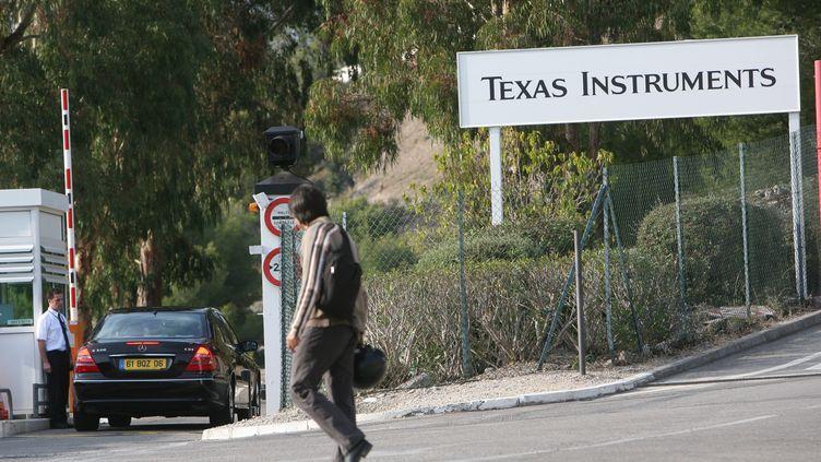 Devant le site Texas Instruments de Villeneuve-Loubet (Alpes-Maritimes), le 21 octobre 2008. (PATRICE LAPOIRIE / MAXPPP)