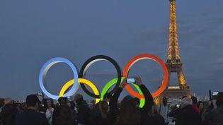 SEPTEMBRE. Les anneaux olympiques sur l'esplanade du Trocadéro, le 14 septembre 2017, après la désignation de Paris pour les jeux de 2024. (MICHEL EULER / AP / SIPA)