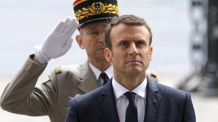 Le général de Villiers et Emmanuel Macron le 14 mai 2017, à l'Arc de Triomphe, à Paris. (MICHEL EULER / AFP)
