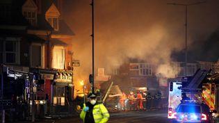 Des pompiers sur le site d'une explosion à Leicester (Royaume-Uni), le 25 février 2018. (DARREN STAPLES / REUTERS)