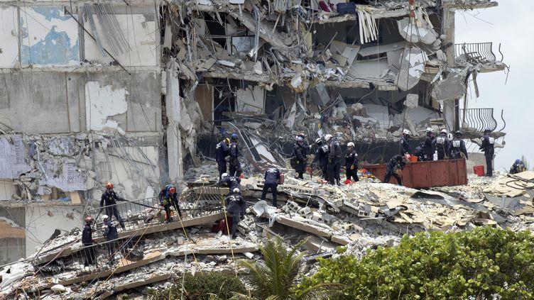 L'immeuble qui s'est effondré au nord de Miami Beach, en Floride (Etats-Unis), le 26 juin 2021. (JOE RAEDLE / GETTY IMAGES NORTH AMERICA / AFP)