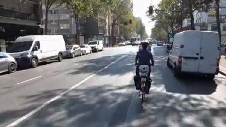 À l'occasion de la semaine de la mobilité, France 2 est partie à la rencontre d'un homme qui a fait le choix de prendre davantage son vélo que sa voiture. Reportage. (FRANCE 2)