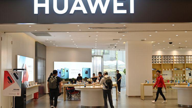 Une boutique Huawei à Shanghaï (Chine). (HECTOR RETAMAL / AFP)