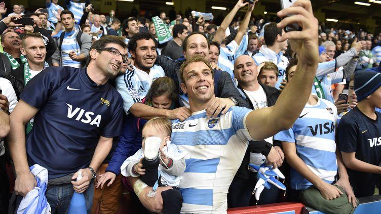 Le troisième ligne des Pumas Leonardo Senatore pose pour un selfie au milieu des fans argentins, le 18 octobre 2015 à Cardiff (Pays de Galles), après la victoire de l'Argentine contre l'Irlande, en quart de finale de la Coupe du monde de rugby. (FRANCK FIFE / AFP)