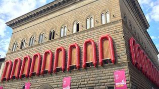 Le Palazzo Strozzi, bâtiment typique de la Renaissance, entouré de canots évoquant le calvaire des migrants.  (Alvise Armellini / DPA)