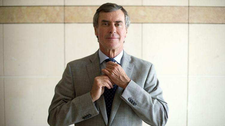 Jérôme Cahuzac pose dans son bureau au ministère des Finances alors qu'il a été nommé quelques jours plut tôt ministre du Budget, le 29 mai 2012 à Paris. (LIONEL BONAVENTURE / AFP)