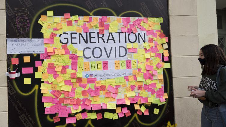Un mur recouvert de messagesd'étudiants etde jeunes, le 25 février 2021, à Paris. (MAGALI COHEN / HANS LUCAS / AFP)