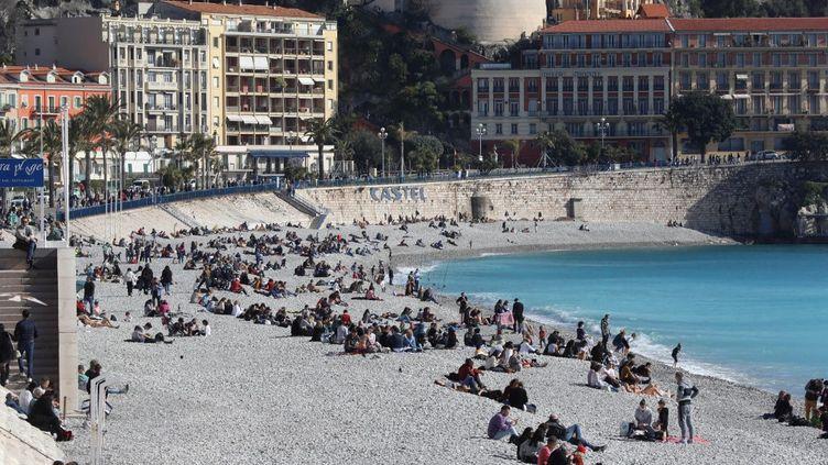 Des personnes à Castel plage à Nice (Alpes-Maritimes), le 21 février 2021. (VALERY HACHE / AFP)