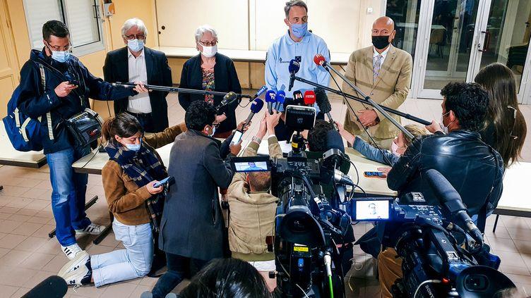 Le maire des Plantiers (Gard), Bernard Mounier, la préfète du Gard, Marie-Françoise Lecaillon, le général Arnaud Browaeys et le procureur de la République de Nîmes, Eric Maurel, lors d'une conférence de presse à Saumane (Gard) après l'interpellation de Valentin Marcone, le 14 mai 2021. (SOFIANE OUANES / AFP)