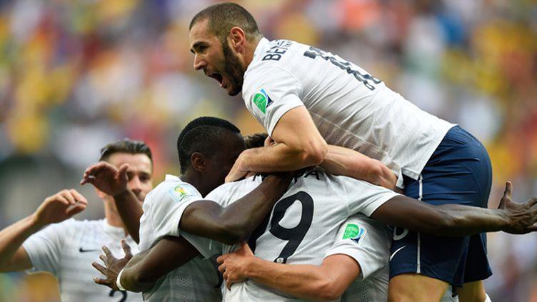 Benzema saute sur ses coéquipiers (FABRICE COFFRINI / AFP)