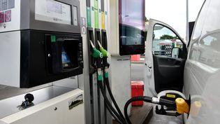 Une pompe à essence, à Toulouse (Haute-Garonne), le 9 août 2018. (REMY GABALDA / AFP)