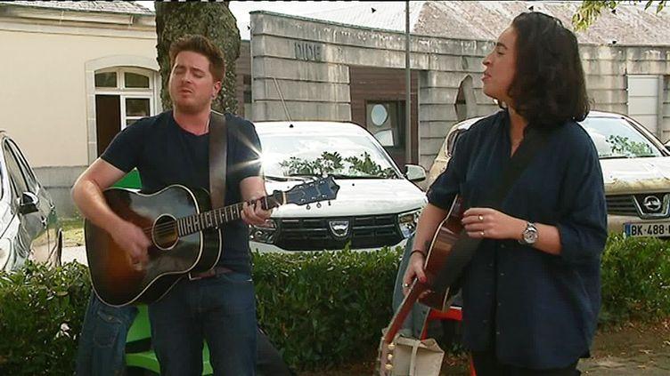 Cross Fire alias Etienne Prieuret et Allison Mareek, en concert privé à Limoges devant les patients de l'hôpital Esquirol. (E. Boutin  / France Télévisions)