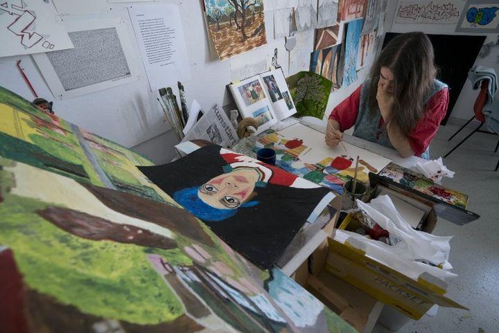 Miss Katharina travaille sur ses oeuvres au centre d'art brut de Gugging en Autriche.  (JOE KLAMAR / AFP)