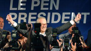 Le président du Front National et candidat à l'élection présidentielle, Jean Marie Le Pen, réagit après l'annonce des premières estimations des résultats du premier tour des élections, le 21 avril 2002 à Saint-Cloud au quartier général du Front National. (ERIC FEFERBERG / AFP)