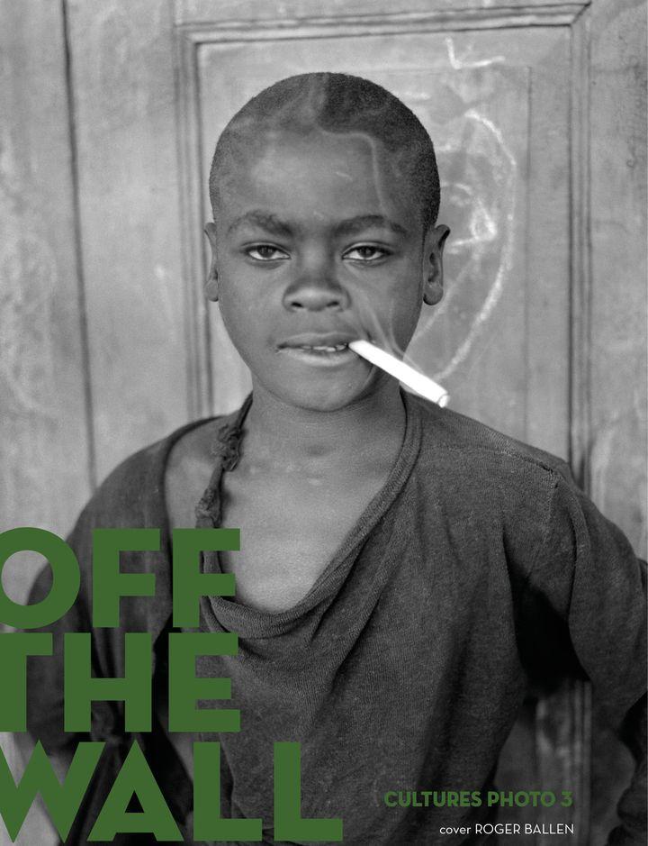 """Le numéro 3 de la revue photographique """"OFF the wall"""", édition consacrée au continent africain. (OFF THE WALL - ROGER BALLEN)"""