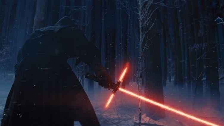 """Le méchant armé d'un sabre-laser rougede """"Star Wars : The Force Awakens"""", dont la sortie est prévue le 18 décembre 2015. (WALT DISNEY PICTURES / LUCASFILM)"""