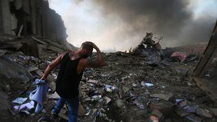 Un homme après l'explosion qui a ravagé Beyrouth (Liban), le 4 août 2020. (STR / AFP)