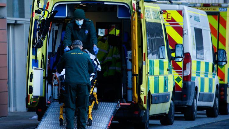 Des ambulanciers amènent un patient aux urgences du Royal London Hospital, dans la capitale du Royaume-Uni, le 25 janvier 2021. (DAVID CLIFF / NURPHOTO / AFP)