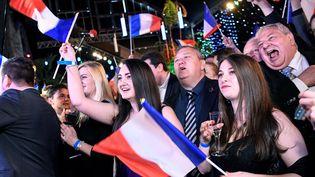 Les militants du Rassemblement national célèbrent l'arrivée en tête de leur parti aux élections européennes, le 26 mai à Paris. (BERTRAND GUAY / AFP)