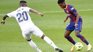 Ansu Fati face à Vinicius Junior en Liga le 24 octobre 2020 à Barcelone. (URBANANDSPORT / AFP)