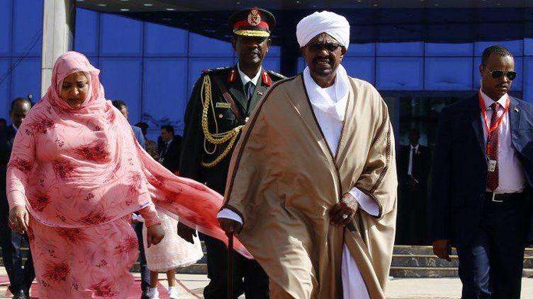 Le président soudanais Omar al-Béchir et la Première dame Widad Babiker Omer, à Khartoum, le 24 décembre 2017. (ASHRAF SHAZLY/AFP)