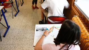 Une lycéenne planche sur le sujet de philosophie au bac, le 17 juin 2021. (KETTY BEYONDAS / MAXPPP)