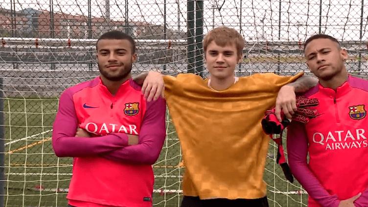 Justin Bieber à l'entraînement du Barça, entouré de Rafinha, à gauche, et de la star du football brésilien, Neymar.