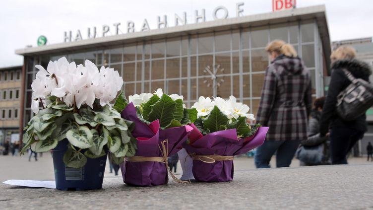 Des fleurs ont été déposées sur l'esplanade devant la gare centrale de Cologne (Allgemagne), le 7 janvier 2016, là où des agressions sexuelles ont été commises la nuit du Nouvel An. (OLIVER BERG / DPA / AFP)