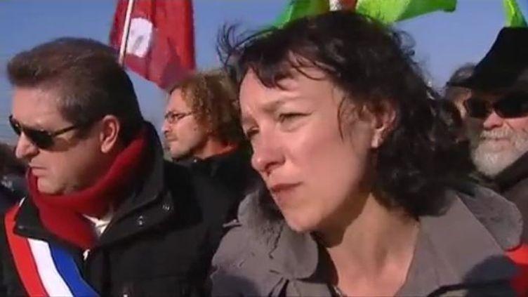 Corinne Morel-Darleux, secrétaire nationale du Parti de Gauche en charge de l'écologie, le 25 novembre 2011, lors d'une manifestation antinucléaire devant la centrale du Tricastin (Drôme). (FTVi / FRANCE 2)