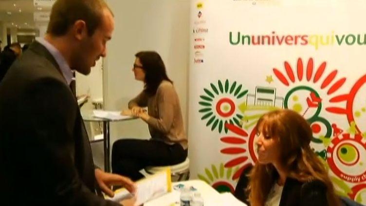 Un jeune demandeur d'emploi lors d'un forum pour l'emploi. (FRANCE 2)
