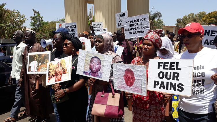 Des familles de victimes du pouvoir manifestent contrel'ancien président gambien Yahya Jammehà Banjul, la capitale, le 17 avril 2018. (CLAIRE BARGELES / AFP)