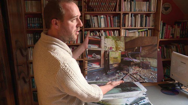 Sébastien Wasseler avec une photo prise dans une papèterie allemande. (F. Petit / France Télévisions)