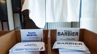 Le deuxième tour de la législative partielle dans le Doubs oppose le socialiste Frédéric Barbier à la candidate FN Sophie Montel, dimanche 8 février 2015. (SEBASTIEN BOZON / AFP)