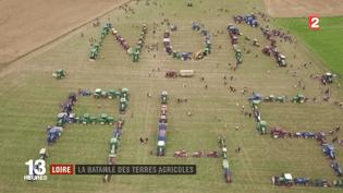 Alors que le ministre de la Transition écologique, Nicolas Hulot, s'est engagémercredi 11 octobreen proposant de taxer les bétonneurs, un collectif de paysans de la Loire se mobilise contre un projet d'autoroute. (FRANCE 2)