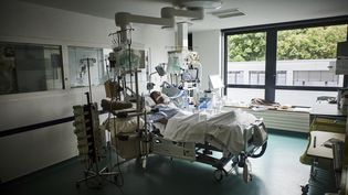 Un patient atteint du Covid-19 est pris en charge dans un service de réanimation à l'Institut mutualiste Montsouris à Paris, le 6 mai 2021. (ANTONIN BURAT / HANS LUCAS / AFP)