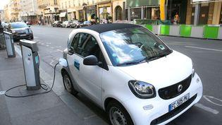 Une voiture électrique à Paris, le 11 août 2019. (NICOLAS GUYONNET / HANS LUCAS / AFP)