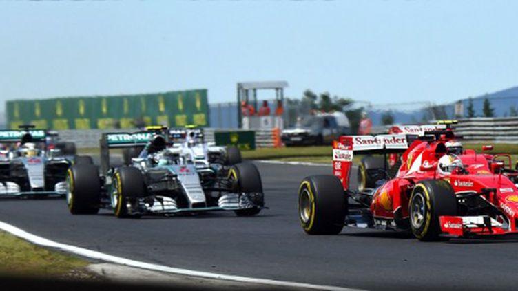 Avec sa Ferrari, Sebastian Vettel prend le meilleur sur les Mercedes de Nico Rosberg et Lewis Hamilton