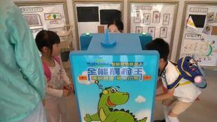 De petits robots sont placés dans des écoles chinoises afin d'effectuer un diagnostic de santé sur les écoliers, et éviter au maximum les épidémies. (CAPTURE ECRAN FRANCE 2)