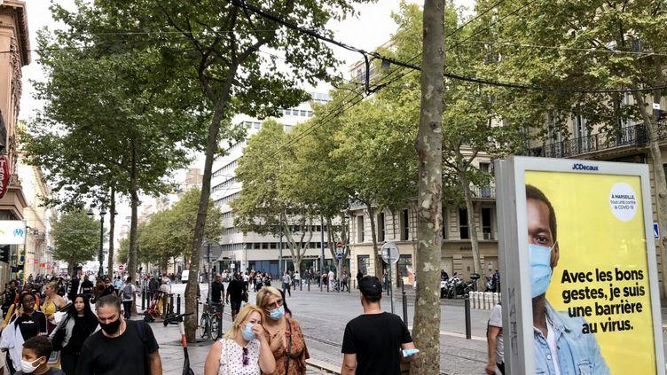 Des Marseillais masqués, sur la Canebière, en septembre 2020. (NOÉMIE BONNIN / FRANCE-INFO)