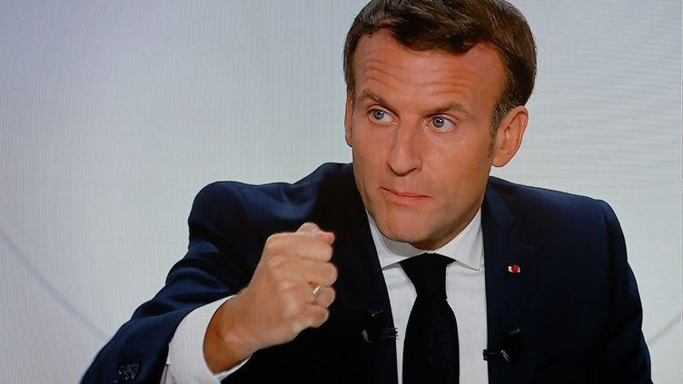 Le président Emmanuel Macron s'adresse aux Français, mercredi 14 octobre 2020, sur les nouvelles mesures de restriction contre l'épidémie de coronavirus. (LUDOVIC MARIN / AFP)