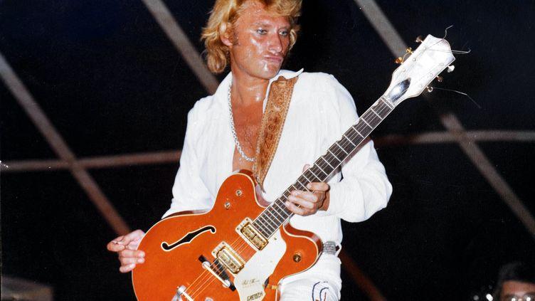 Tout de blanc vêtu, JohnnyHallyday donne un concert à Nancy en 1970. (MAXPPP)