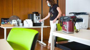 Une femme se sert un café dans un espace de travail partagé à Toulouse, le 25 août 2020. (PATRICIA HUCHOT-BOISSIER / HANS LUCAS / AFP)
