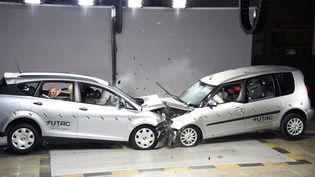 Des véhicules en collision lors d'un test sur le port de la ceinture de sécurité, à la délégation de la sécurité routière, le 7 novembre 2017 à Paris. (BERTRAND GUAY / AFP)