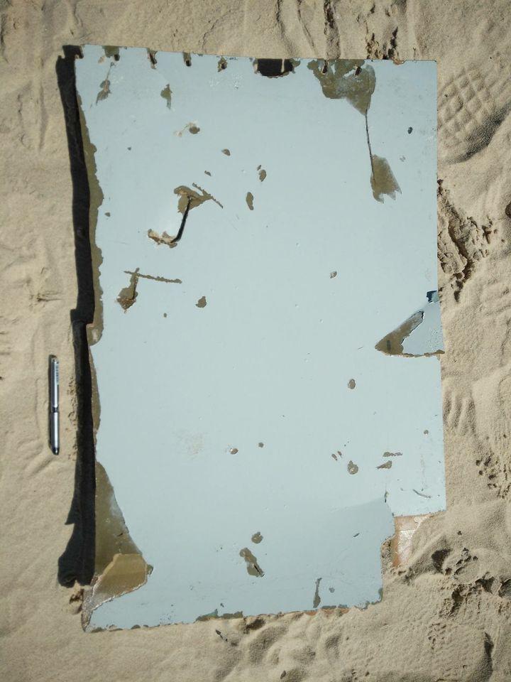 """Le premierdébris retrouvé lundi 6 juin par l'homme d'affaires américain Blaine Alan Gibson à Madagascar, en compagnie des équipes de """"Complément d'enquête"""".  (Blaine Alan Gibson / FRANCETV INFO)"""