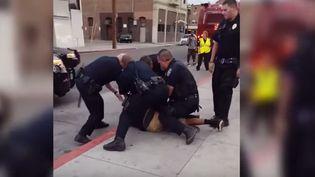 Capture d'écran montrant des policiers deStockton (Californie) autour du jeune noir le 17 septembre 2015 (MEDIA TUBE TV / YOUTUBE)