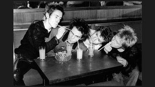 """Christian Eudeline: """"Les Sex Pistols, le groupe le plus extrême, qui a été le plus loin. Ce que j'aime dans cette photo c'est qu'il saute aux yeux que ces mecs, haïs à l'époque par tout le monde, étaient en réalité une bande d'ados potaches.""""  (Bob Gruen)"""
